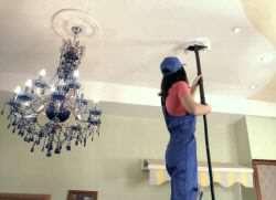 Как помыть глянцевый натяжной потолок без разводов?