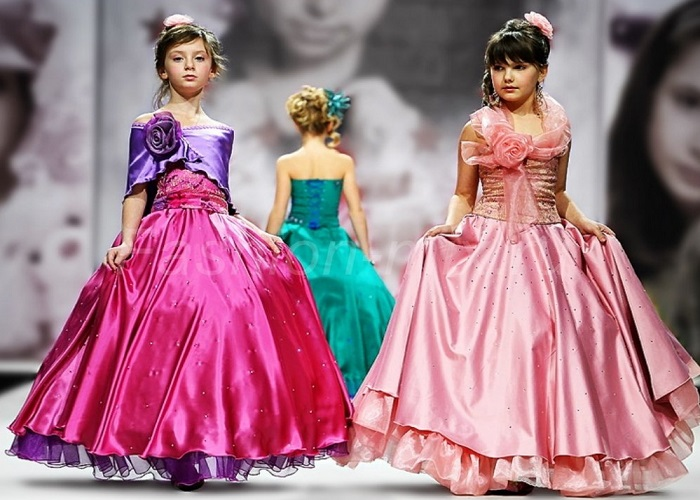 Серію новорічних суконь для дівчаток 5 років модельєри урізноманітнили  фасону в стилі в стилі Мерилін Монро. Зворушливий «сонце-кльош» acbd88288182b