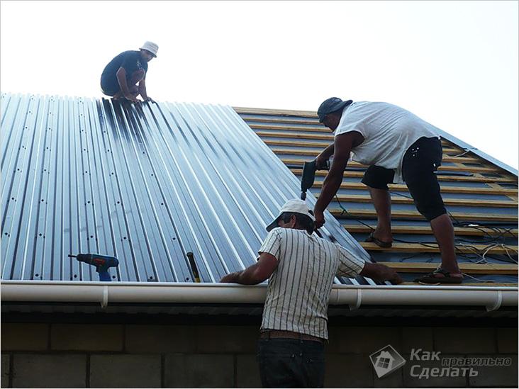 Покрытие крыши профнастилом своими руками видео