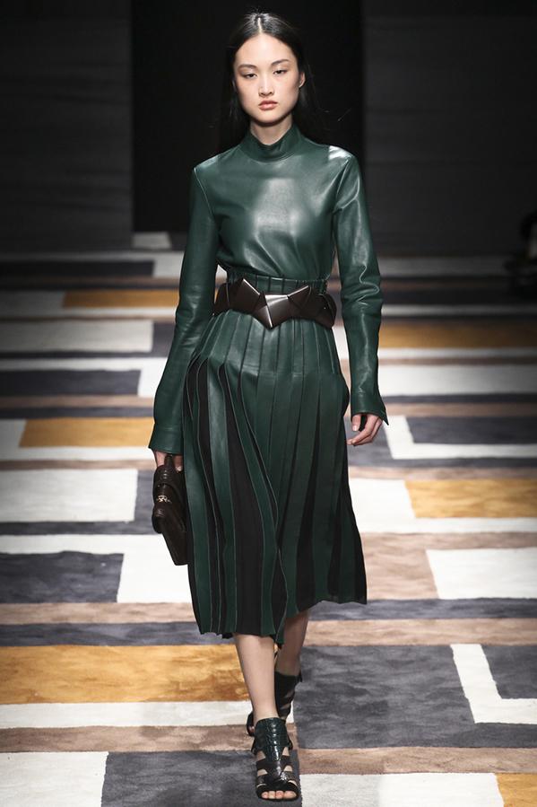 Сьогоднішня публікація присвячена новим шкіряним сукням з колекцій осінь-зима  2015-2016 76b5d5c1a62e1