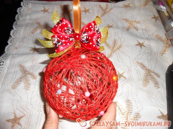 Новогодние игрушки своими руками с ниток и шариков
