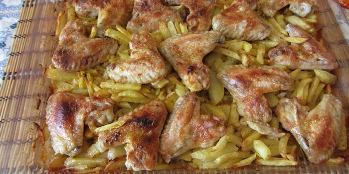 Крылышки курицы с картошкой в духовке