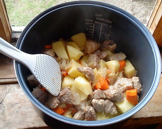 Картофель тушеная с мясом в мультиварке редмонд с фото