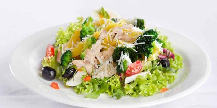 Салат с копченой курицей с ананасами рецепт