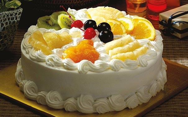 Украшение торта сливками и фруктами