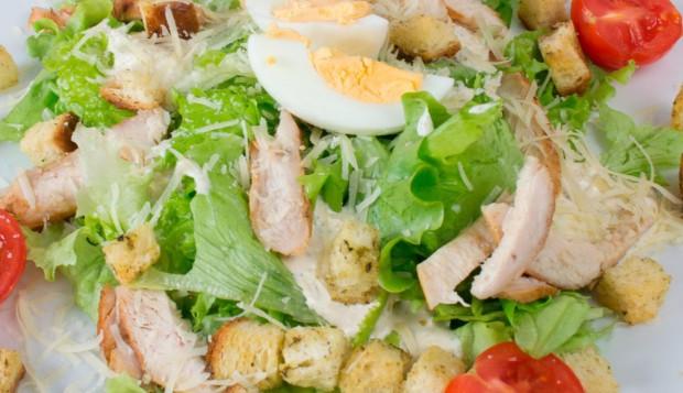 Простые салаты с вареной курицейы