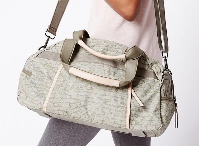 До такого способу як не можна краще підходять модні спортивні сумки. Жіночі  моделі відрізняються універсальністю 8466c02558e36