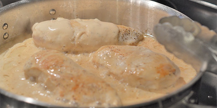 Жареная курица со сметаной и чесноком