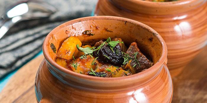 Говядина с черносливом в горшочках с фото