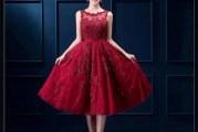 Червоне мереживне плаття: кому підходить і з чим носити