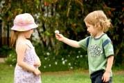 Як правильно реагувати на першу закоханість дитини?
